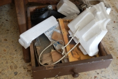 2)parti di opere,materiali stagnanti-sotto il tavolo del salone-studio