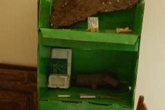 16)armadio(contenitore per patatine di supermarket ridipinto a spray,salone-studio)