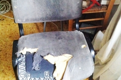 7)sedia presso il tavolo blu sotto la finestra,camera da letto