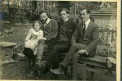 40 Chia (Felice Carena) e Marzia con amici in giardino