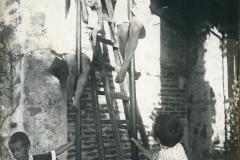 53 Marzia con i bambini che si arrampicano sulla pertica