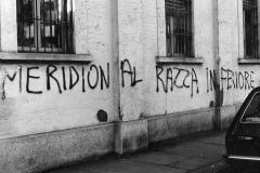 100 Scritta razzista sul muro. Nord sud
