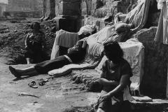 13 Publifoto.Napoli.Senzatetto ricoverati ai Granili, nei palazzoni già destinati acaserme semidistrutte dai bombardamenti.