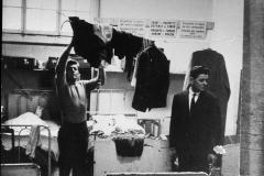 24 L'Unità-Archivio.Ginevra(Svizzera)Le rigide norme di vita nelle baracche dove alloggiano gli operai italiani,sono elencate in cartelle affissisi ai muri