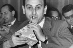 30 Onorevole Moca PSI sorseggiando latte in tetrapack piramidale
