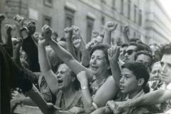 38 Pais e Sartarelli 23 ago. 1964.Tra le migliaia di romani che hanno accolto Togliatti davanti alla sede del CC erano numerose le donne. Sui loro volti il più profondo dolore