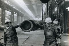 42 Cisnal-Lovere (Bergamo). Reparto di lavorazione di un grande stabilimento siderurgico. 1969. jpg