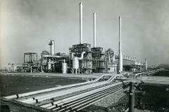 66 Ph.  Sella Milano. Stabilimento Ferrara Idrocarburi. Impianto di assoluta modernità per la produzione di olefine da cui si ricava polietilene,polistirolo…jpg