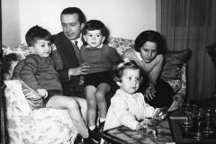 74 Ermete Marzoni. Andreotti con i figli