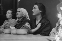 8 Attualfoto.Vita e persone in Calabria. Donne e bimbi attorno al desco. 25:10:1916