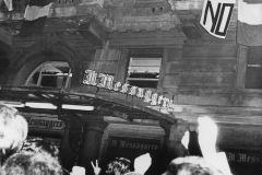 83 Roma 1974. Sotto la redazione del Messaggero dopo la vittoria dei no al referendum sul divorzio