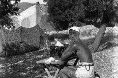 A.1 28a Davanti alla macchina da scrivere