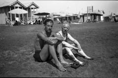 A1 9 Ostia 20 agosto 1941 Gianni con il padre. jpg