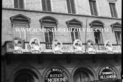 A7-973-Roma-maggio-1953Manifesti-in-lotta-ovvero-aspetti-della-propaganda-elettorale-per-le-politiche-del-7-giugno-1953