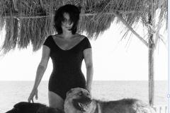 Anna Magnani nella sua villa di Punta Rossa, al Circeo