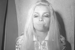 """Patty Pravo con la canzone """" PattyPatty Pravo con la canzone """" Qui e là"""" partecipa al VI Cantagiro 1967 La canzone è una cover di Holy cow (letteralmente Santa mucca), scritta da Allen Toussaint e portata al successo da Lee Dorsey, con un testo in italiano (totalmente diverso dall'originale) scritto da Aina Diversi. Italy's News Photos di Guglielmo Coluzzi"""