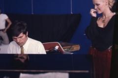"""Patty Pravo """"Patty Pravo negli studi televisivi parigini mentre ascolta la musica di una canzone eseguita dal regista Jean Cristoph Averty che l'ha diretta durante lo show di fine anno. Italy's News Photos di Guglielmo Coluzzi"""