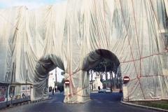 z Gianni Termorshuizen . Christo The Wall, wrapped Roman Wall via Veneto & villa Borghese, Rome 1