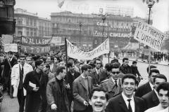 ANSA.Milano 28:10:61.Manifestazione studentesca silenziosa contro gli esperimenti nucleari.