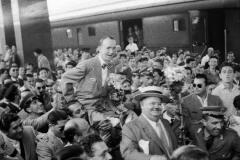 1950-23-luglio-Arrivo-alla-Stazione-Termini-di-Stan-Laurel-e-Oliver-Hardy-per-promuovere-il-loro-film-Fra-diavolo.jpg