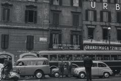 1958 Traffico pedonale a via Cesare Battisti