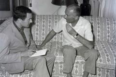 1959-10-luglio-Il-giornaliasta-Maurizio-Liverani-intervista-Indro-Montanelli-nella-sua-abitazione.jpg