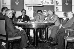1959 13 ottobre.Riunione di scrittori a casa Benedetti in via del Governo Vecchio n.78. Alberto Moravi Pier Paolo Pasolini e Giuseppe Ungarettij.pg