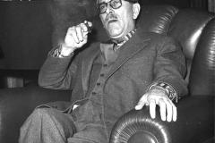 1959 16 febbraio Lo scrittore e regista Mario Sodati nella sua abitazione a Roma