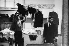 1950-anni-Ginevra-Le-rigide-norme-di-vita-nelle-baracche-dove-alloggiano-gli-operai-italiani-son-elencate-in-cartelli-affissi-ai-muri-Archivio-LUnità-