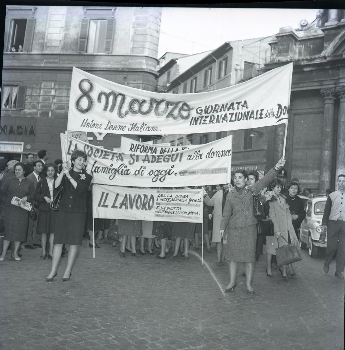 """LA POLITICA ITALIANA 1949-1960. Materiali selezionati dall'archivio fotografico di """"Paese Sera""""."""
