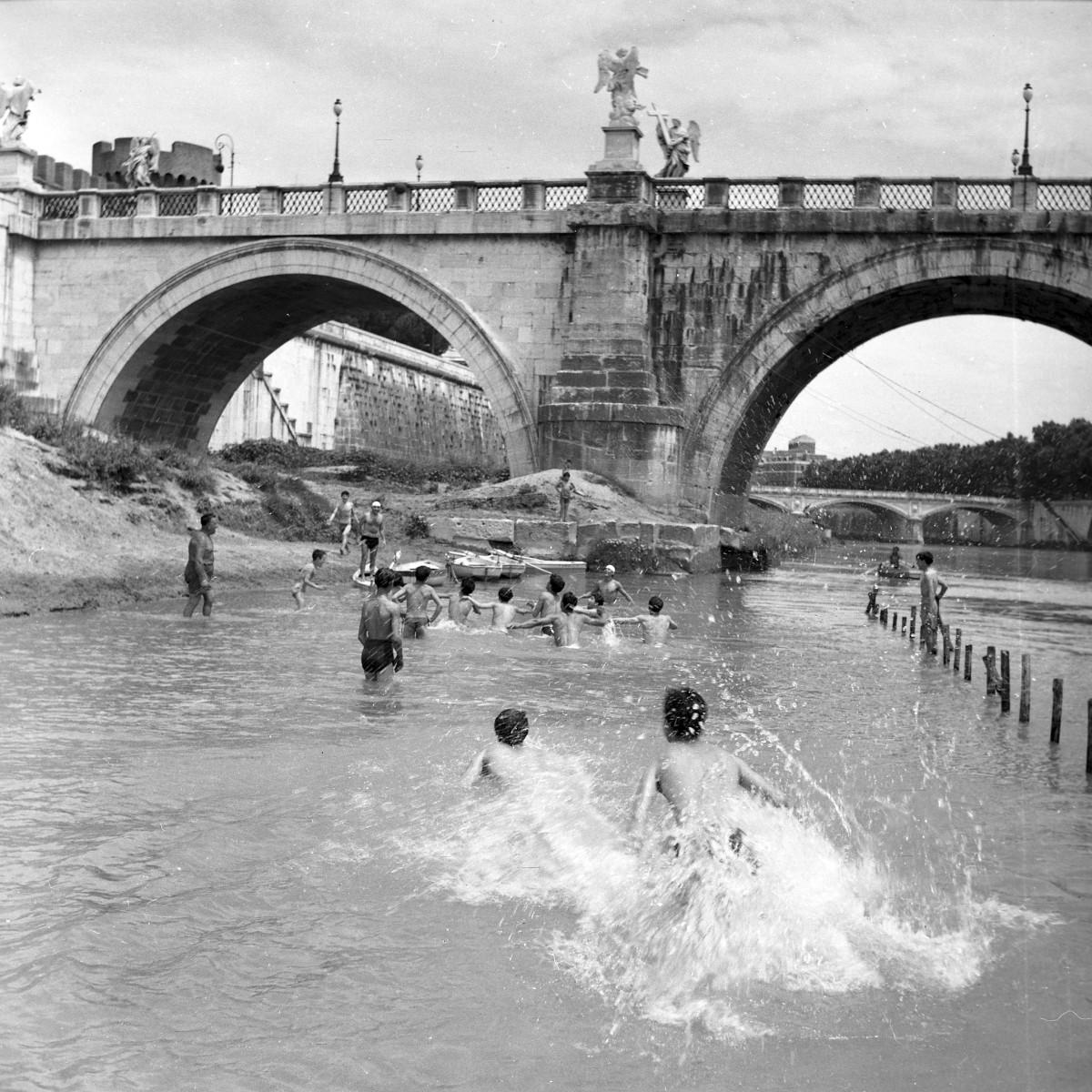 """L'ESTATE A ROMA. Materiali selezionati dall'archivio fotografico di """"Paese Sera""""."""